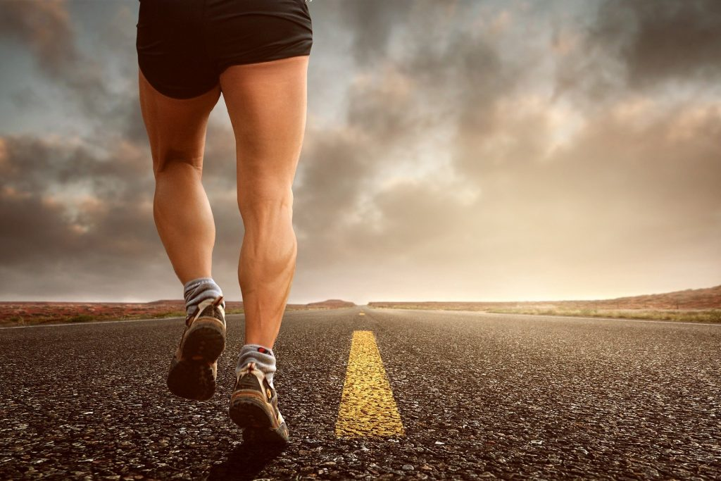 Krafttraining für Läufer wirkt sowohl präventiv gegen Verletzung als auch als Leistungsboost!